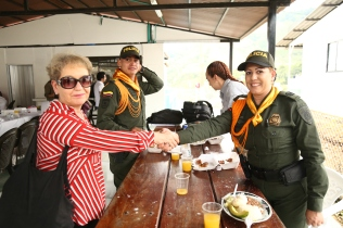 Rosalie Winterton MP with Police after meeting in the FARC reincorporation zone. Members of the FARC in Llano Grande spoke about the cooperation and strong relations that had been built between FARC, community and state security forces.