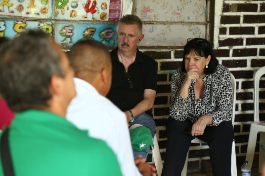 Peter Nolan (Forsa) and Sharan Burrow (ITUC) lead meeting with local workers and trade unionists in El Palo, Cauca.